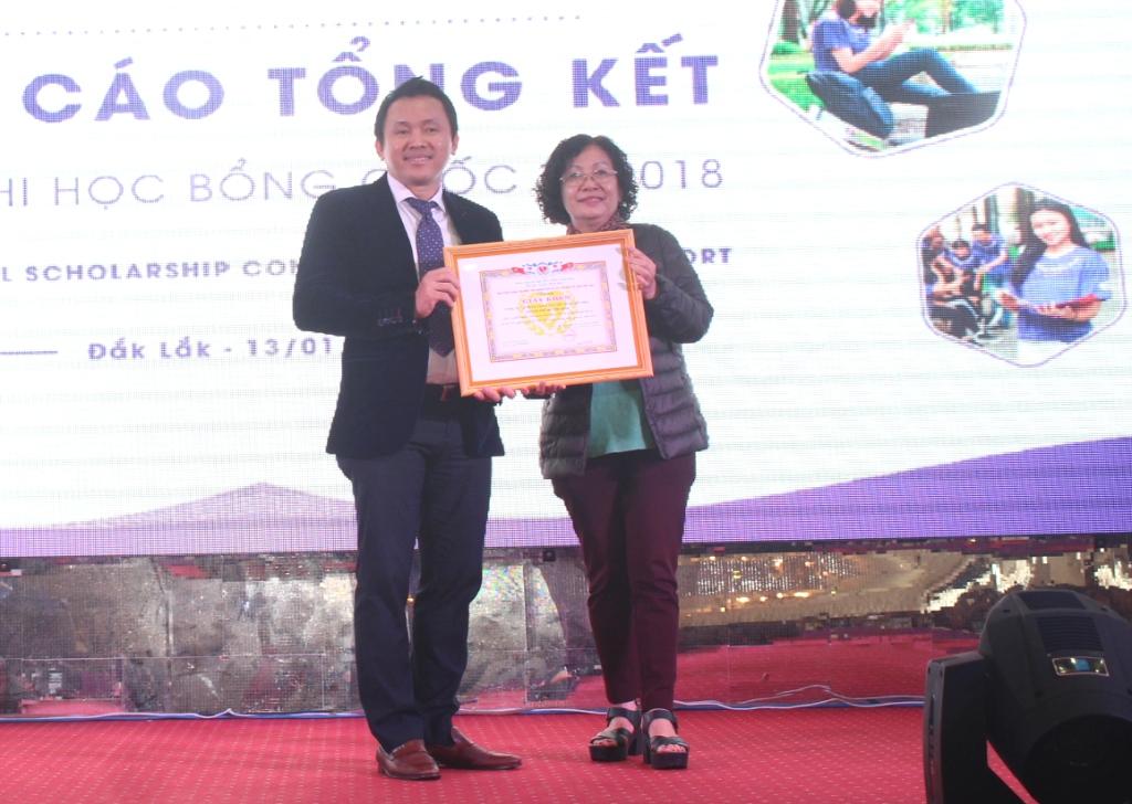 Trao tặng Giấy khen của Hội Bảo trợ Người tàn tật và Trẻ mồ côi tỉnh Đắk Lắk